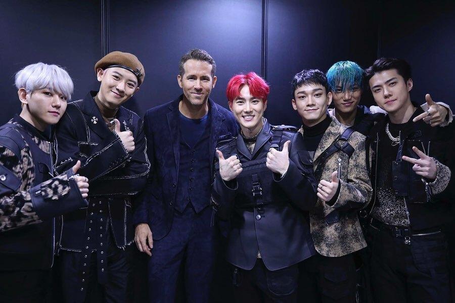 «Я в группе»: Райан Рейнольдс встретился с K-Pop группой EXO на премьере «Шестеро вне закона» в Сеуле