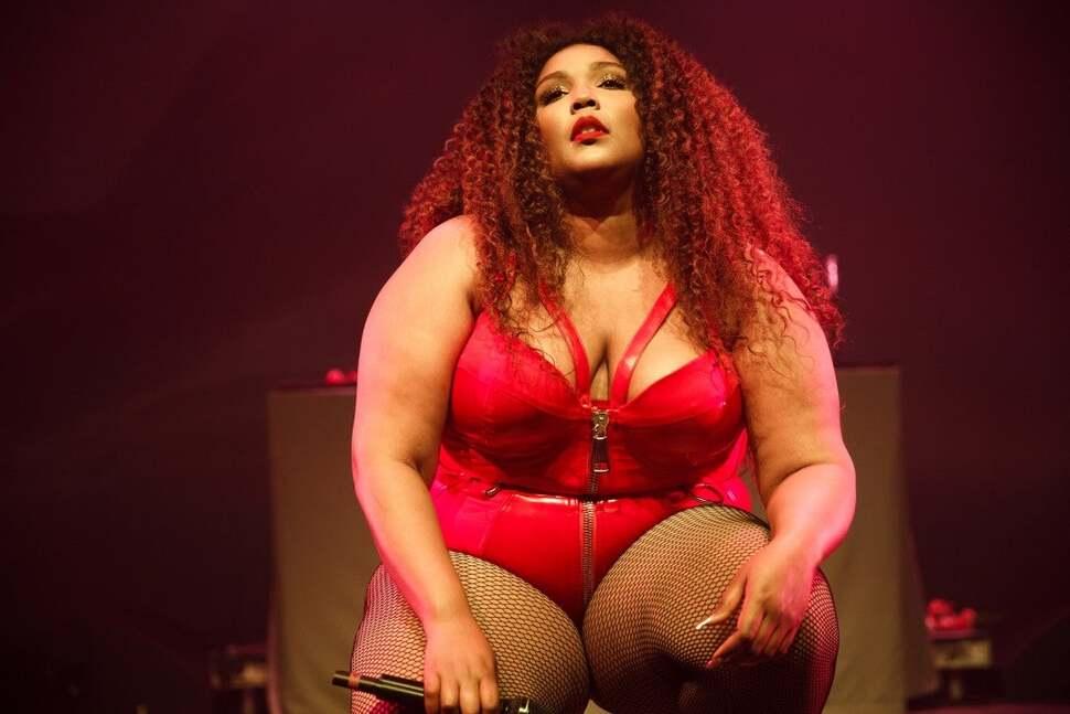 Певица Лиззо ответила на критику лишнего веса: «Ты популярна из-за эпидемии ожирения в Америке»