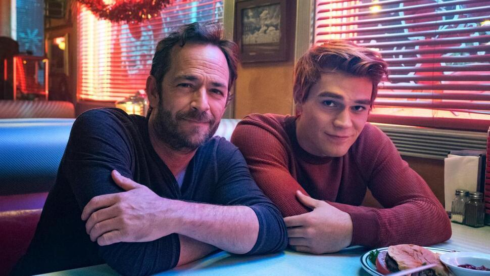 Как звезды и создатели «Ривердейла» попрощались с Люком Перри в первом эпизоде 4 сезона: фото