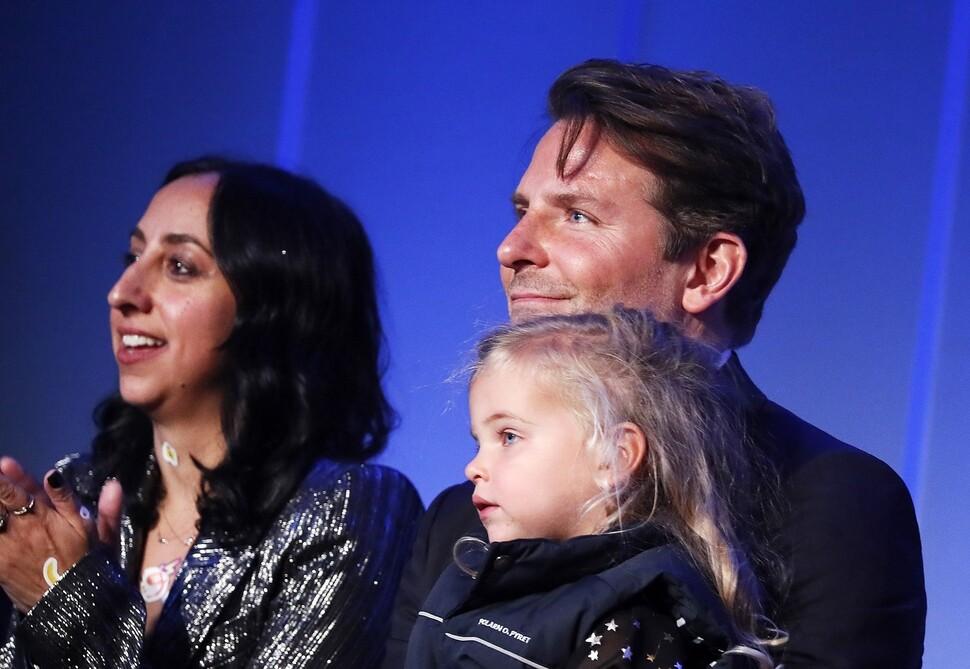 Фото: Брэдли Купер вышел в свет с 2-летней дочерью от Ирины Шейк