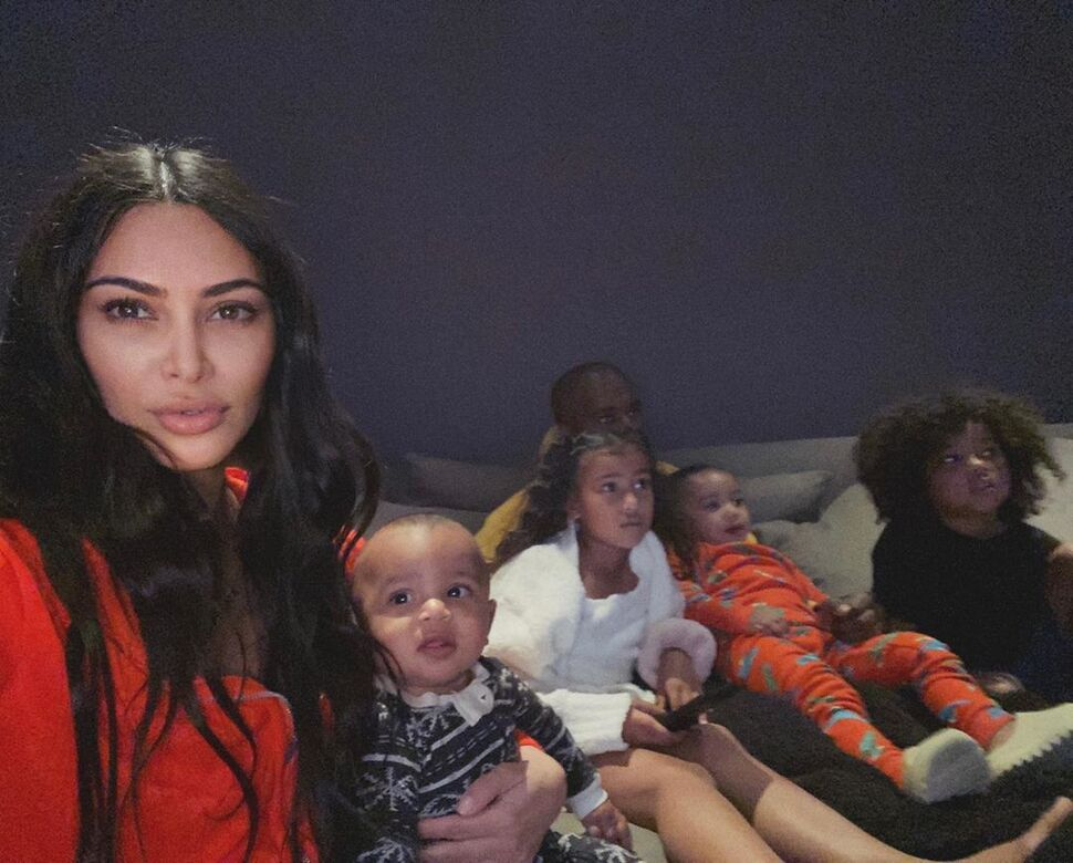 Ким Кардашьян рассказала об «ужасах» карантина с детьми: «Приходится стирать и готовить»