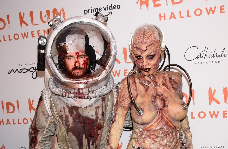 Превзошла саму себя: Хайди Клум поразила костюмом инопланетного монстра на Хэллоуин