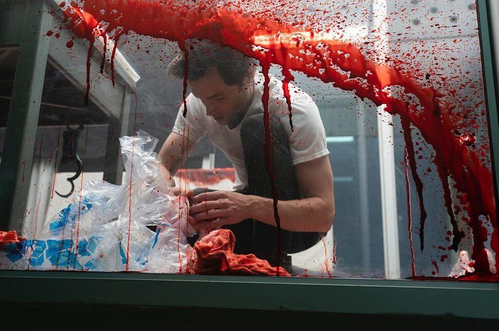 Шоураннер сериала «Ты» объявила о съемках 3 сезона забавным фото