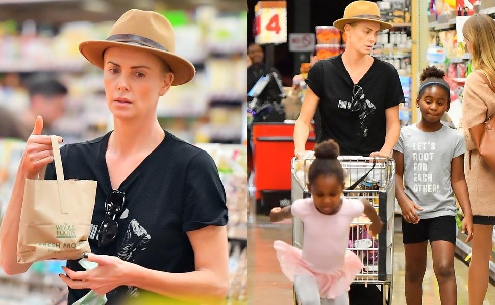 Дочка в юбке и сын почти как мальчик: Шарлиз Терон с обоими детьми в магазине