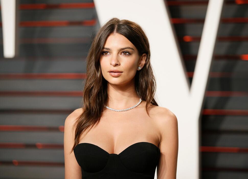 Эмили Ратаковски доказала, что не увеличивала грудь, показав архивное фото