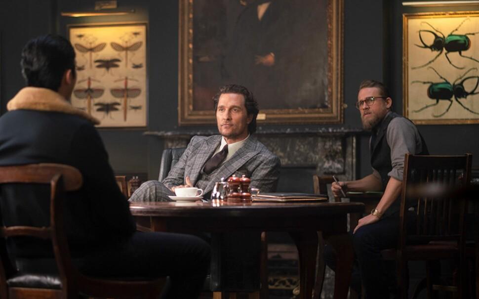Мэттью Макконахи не до смеха в первом трейлере криминальной комедии Гая Ричи «Джентльмены»