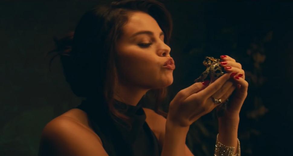 Селена Гомес превращает мужчин в лягушек в клипе на песню Boyfriend