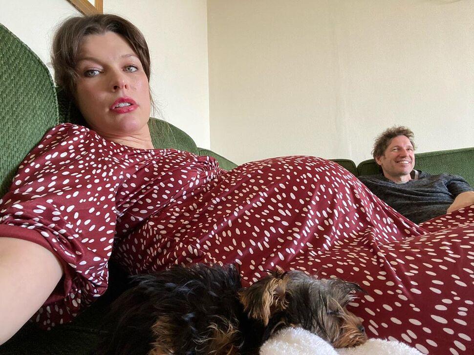Милла Йовович рассказала о тяготах беременности и ответила подписчицам на русском