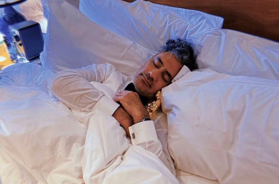 Фанаты вместе с Марком Руффало собрали фото спящего на работе режиссера Тайки Вайтити