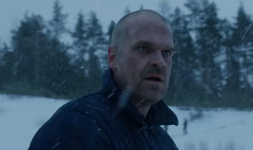 Хоппер жив, обрит налысо и работает в суровых условиях в тизере 4 сезона «Очень странных дел»