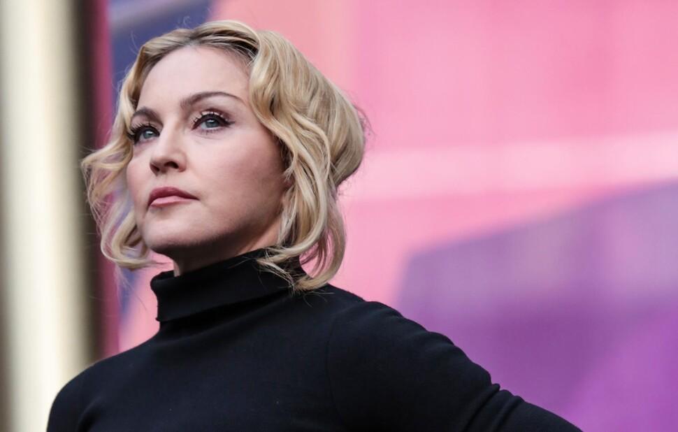 Мадонна порассуждала об эпидемии COVID-19, сидя голой в ванне