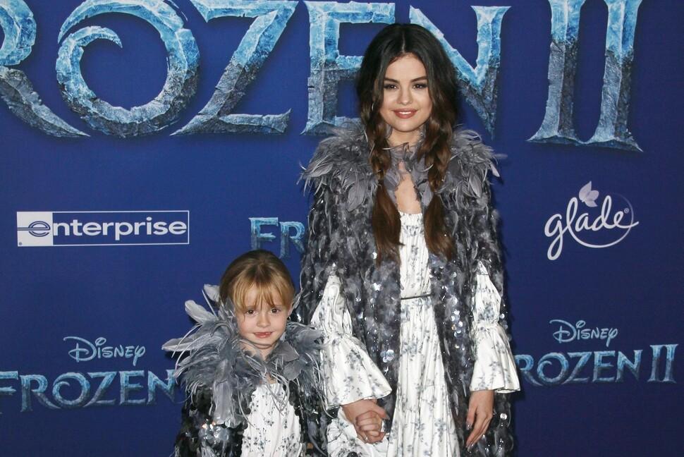 Селена Гомес привела младшую сестру на премьеру «Холодного сердца 2»