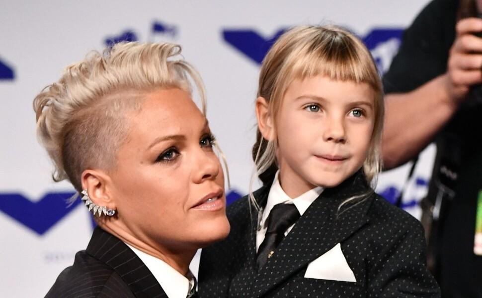 Вся в маму: Пинк разрешила 8-летней дочери выбрить ирокез