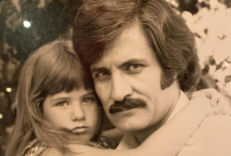 Тогда и сейчас: Дженнифер Энистон показала редкие архивные фото с отцом