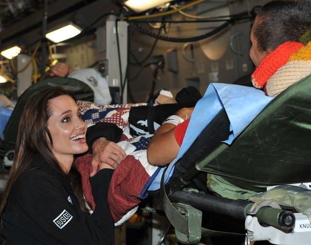 Анджелина Джоли навестила  раненых военных