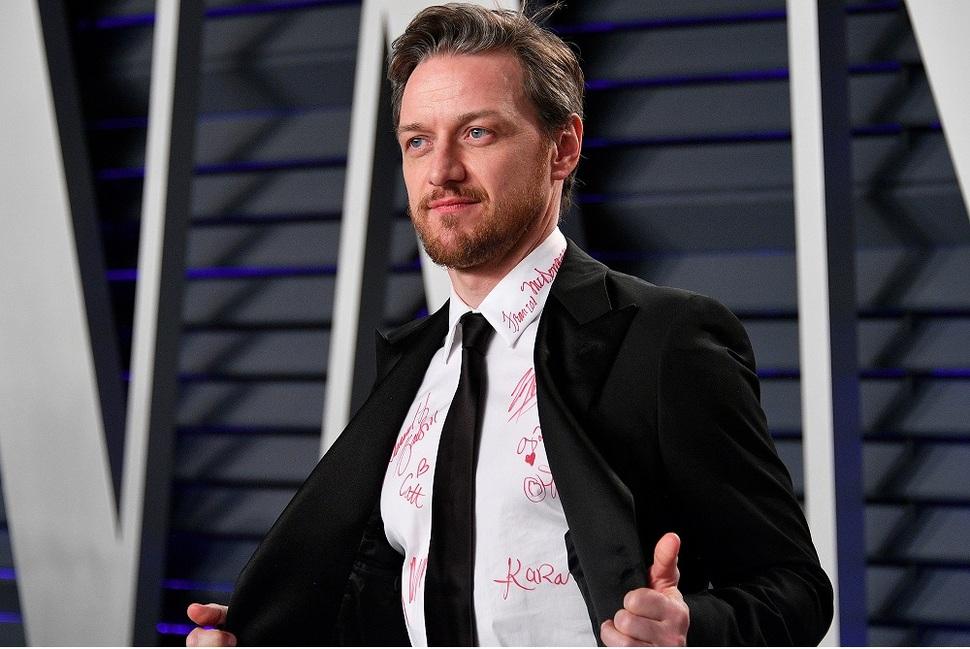 Звезды оставили автографы прямо на рубашке Джеймса МакЭвоя – все ради благотворительности