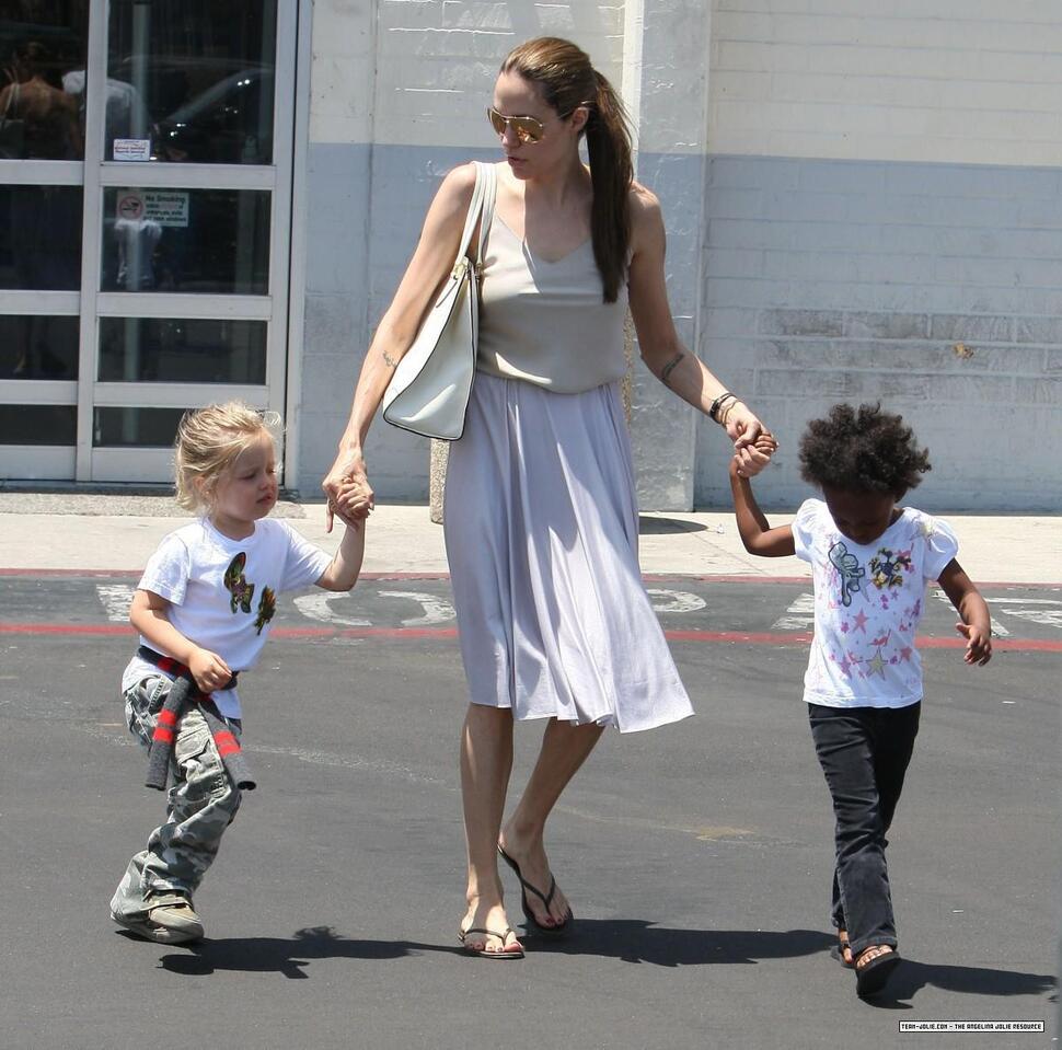 Анджелина Джоли с Шайло и Захарой ходят по магазинам