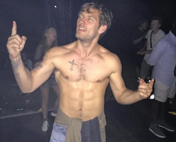 Алекс Петтифер повторил танец из «Супер Майка» в своем офисе