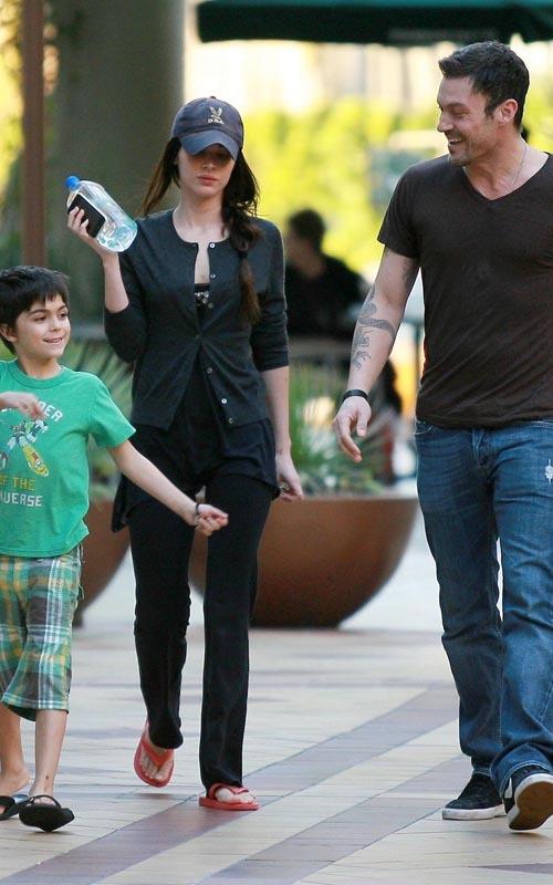 Меган Фокс и Брайан Остин Грин с сыном Кассиусом гуляют по городу. 15 февраля
