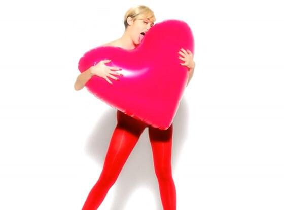 Майли Сайрус разделась для рекламы колготок