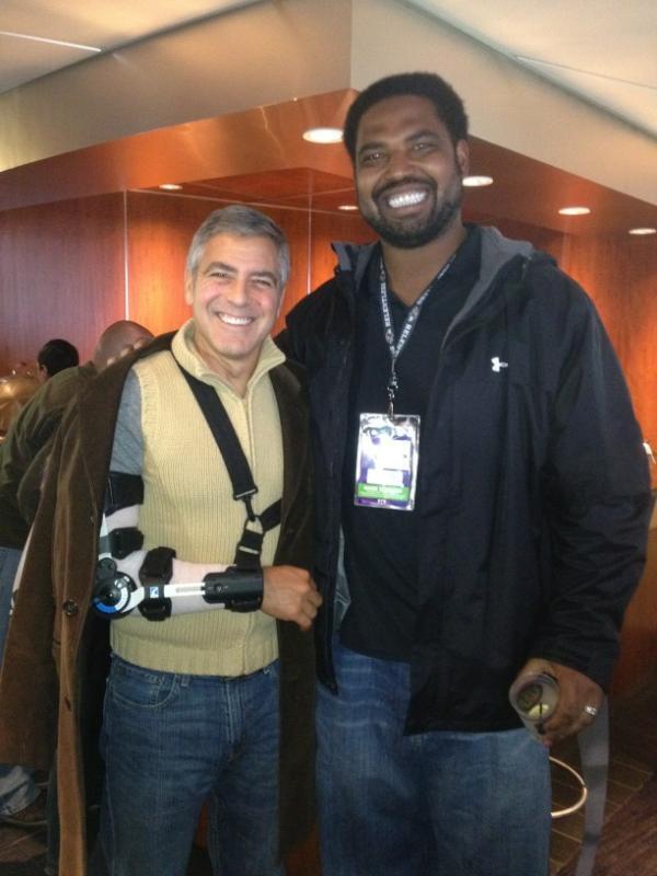 Джордж Клуни взял свою подружку на игру после операции на локте