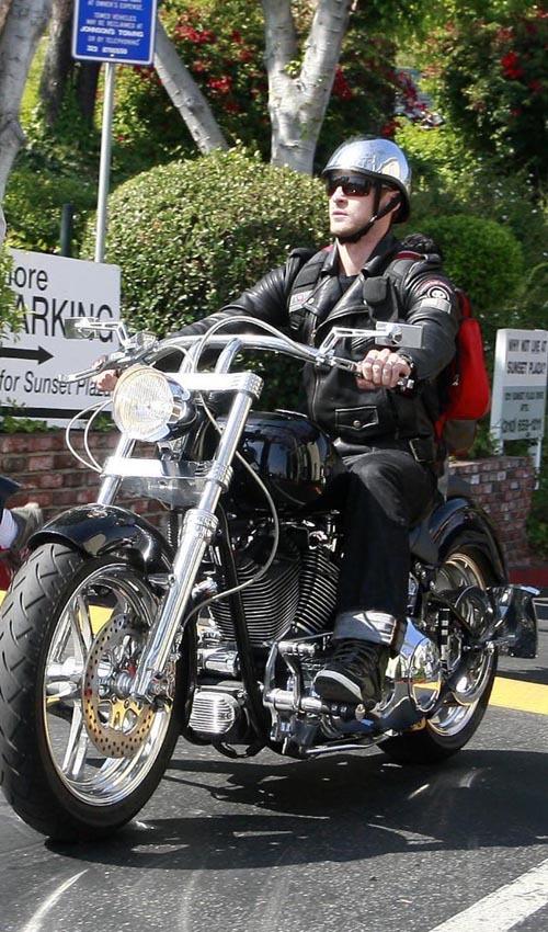 Джастин Тимберлейк рассекает на мотоцикле