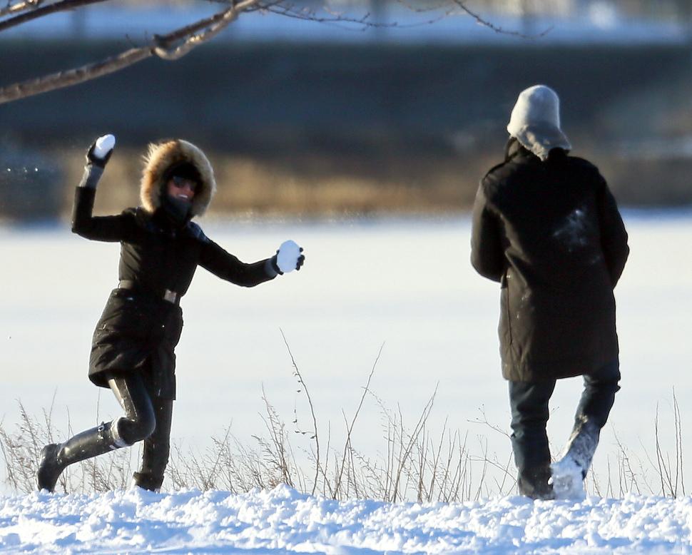 Жизель Бундхен с мужем и сыном играют в снежки