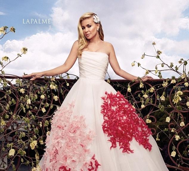Кармен Электра примерила роскошные вечерние платья в новой фотоссесии