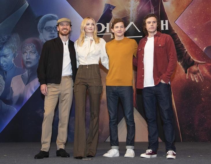 Софи Тернер, Майкл Фассбендер и Эван Питерс на премьере фильма «Люди Икс: Темный Феникс»