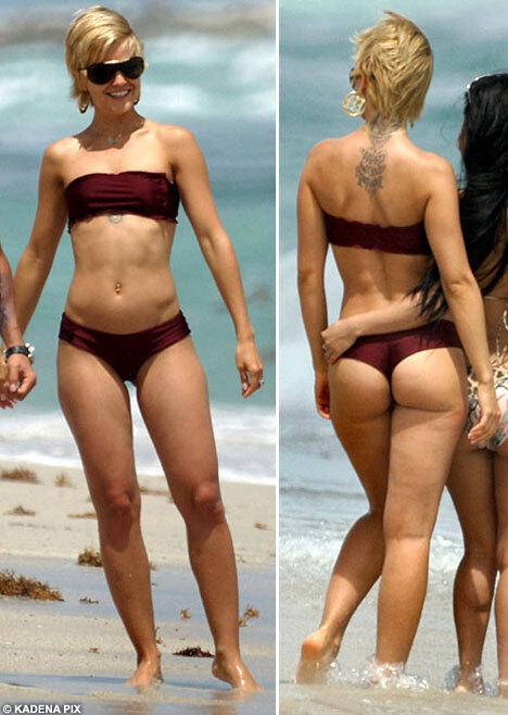 День второй. Мина Сувари в бикини на пляже.