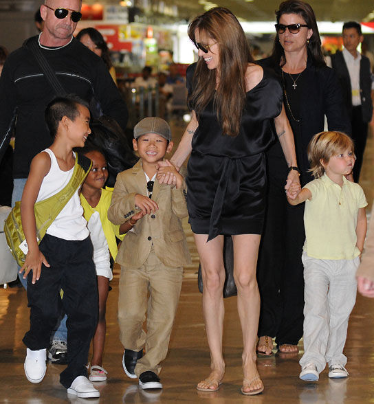 Дети Анджелины Джоли любят есть сверчков