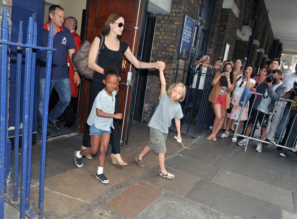 Анджелина Джоли и Брэд Питт с детьми в Лондоне