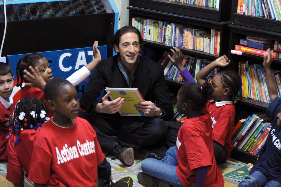 Эдриан Броуди подарил праздник детям