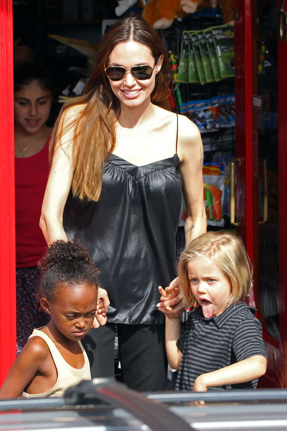 Анджелина Джоли с Шайло и Захарой в магазине игрушек