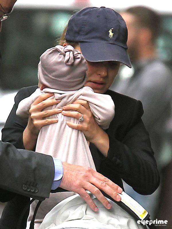 Натали Портман с женихом и сыном в Париже