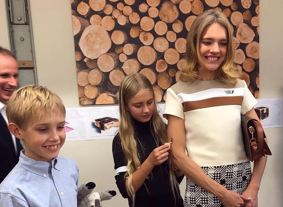 Мир моды изнутри: Наталья Водянова провела для сына экскурсию по мастерской Dior