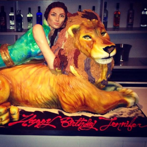 Дженнифер Лопес отметила день рождения с тортом в форме льва