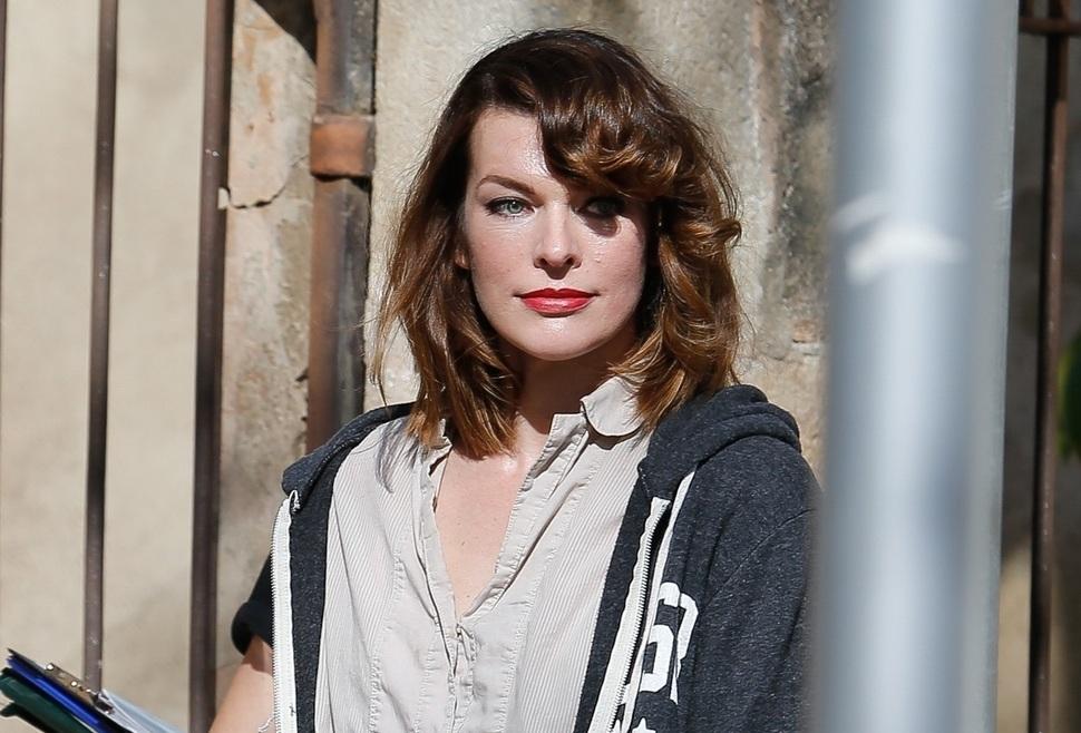 Фото: жизнерадостная Милла Йовович на съемках нового фильма в Барселоне
