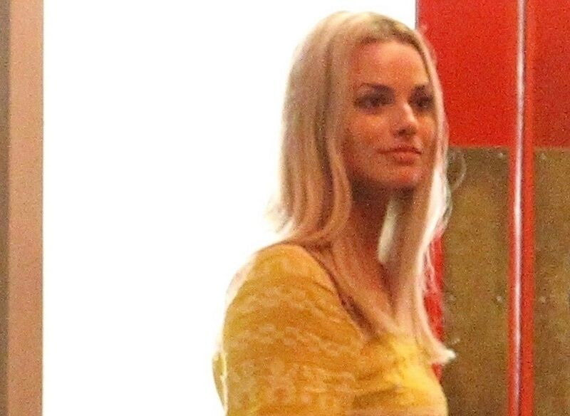 Марго Робби в образе беременной Шэрон Тэйт на съемках «Однажды в Голливуде» Тарантино