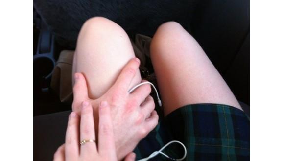 Она меня гладила за ногу