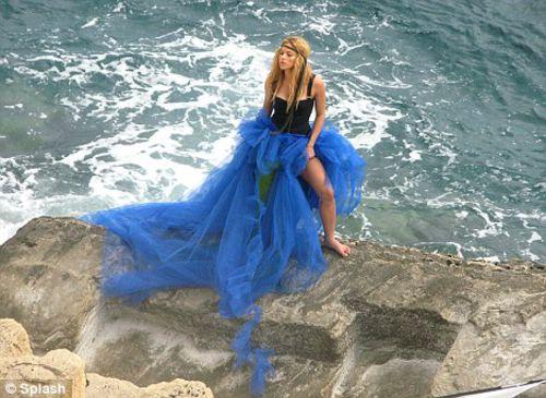 Шакира продолжает примерять яркие наряды