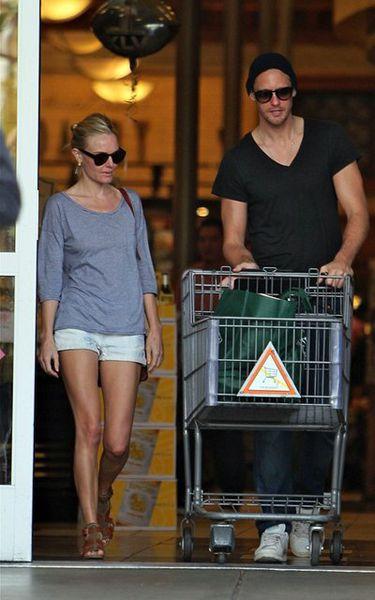 Александр Скарсгард и Кейт Босуорт около гипермаркета