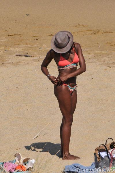 Наоми Кэмпбелл на пляже в Греции