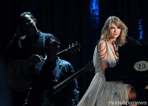 Поклонник выбежал на сцену во время выступления Тейлор Свифт