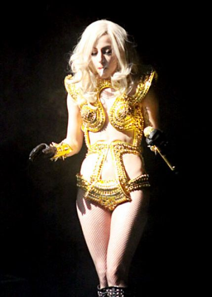 Lady GaGa закурила прямо на сцене, несмотря на запрет