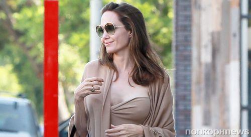 Анджелина Джоли удивила откровенным платьем на прогулке с сыном (фото)
