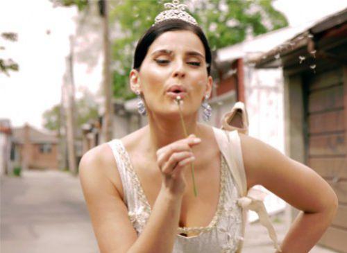 "Новый клип Нелли Фуртадо  feat. La Mala Rodriguez ""Bajo Otra Luz"""