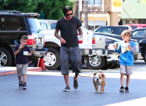 Дэвид Бэкхем с детьми в Студио-Сити