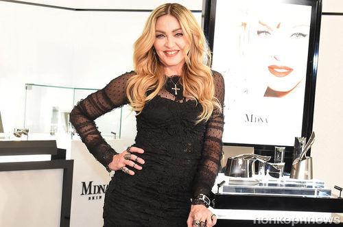 Мадонна станцевала на столе в честь своего дня рождения