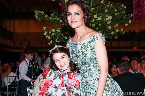 12-летняя дочь Кэти Холмс и Тома Круза вышла на красную дорожку в платье за 1200 долларов